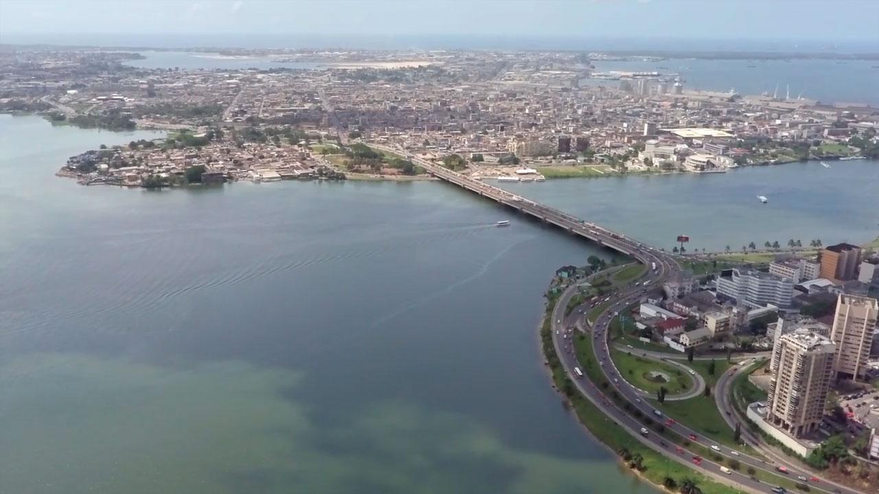 Menschen in Afrika eine Perspektive geben - Luftaufnahme der Küstenmetropole und des Regierungssitzes Abidjan