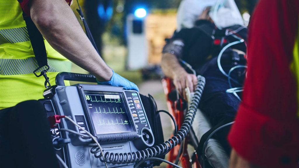 Wie funktioniert ein Defibrillator - medizinisches Notfallteam mit professionellem Equipment
